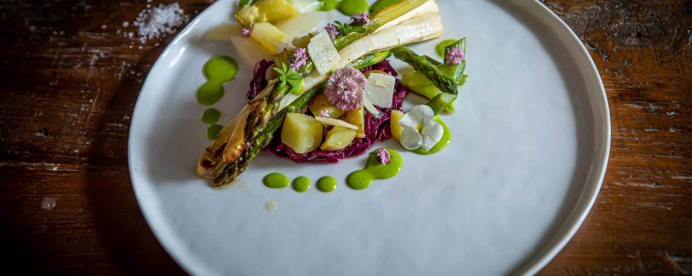 Spargel aus dem Ofen mit asiatischem Rotkohlsalat